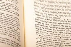 Engelse die woorden op twee open boekpagina's worden getoond stock afbeeldingen