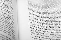 Engelse die woorden op twee open boekpagina's worden getoond royalty-vrije stock afbeeldingen