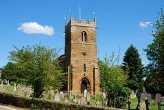 Engelse dorpskerk met toren en begraafplaats Stock Afbeelding