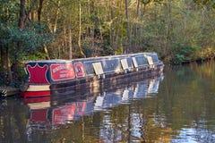 Engelse kanaal smalle boot met de bladeren van de de Herfstdaling op bomen Royalty-vrije Stock Afbeeldingen