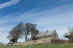Engelse kerk op heuvel in platteland door Shipton Gorge Stock Fotografie