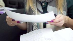 Engelse leraar die voor de les voorbereidingen treffen stock footage