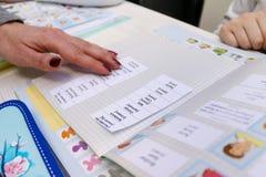 Engelse les met kinderen Stock Fotografie