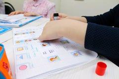 Engelse les met kinderen Stock Foto's