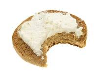 Engelse muffin met gebeten roomkaas royalty-vrije stock foto