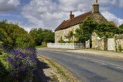 Engelse plattelandshuisje en straat Royalty-vrije Stock Afbeeldingen