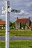 Engelse plattelandshuisje en straat Stock Foto's