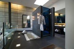 Engelse reeksbadkamers met donkere grijze tegels Stock Foto's