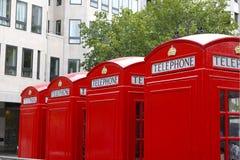 Engelse Rode Telefooncellen Stock Afbeeldingen