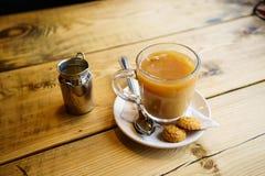 Engelse thee met Melk in het UK stock afbeeldingen