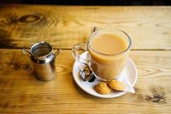 Engelse thee met Melk in het UK stock afbeelding