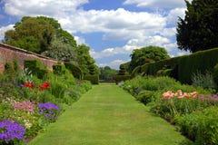 Engelse tuin met oude muur en poorten Stock Foto
