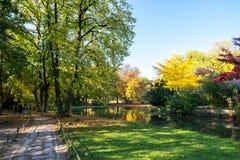 Engelse Tuin tijdens de kleurrijke herfst in München, Duitsland Royalty-vrije Stock Afbeelding