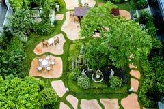 Engelse tuin van hoogste mening in regenachtig seizoen Royalty-vrije Stock Afbeeldingen