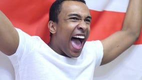 Engelse Ventilator die terwijl het houden van de Vlag van Engeland in Langzame Motie vieren stock videobeelden