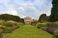 Engelse waardige huis en tuinen. royalty-vrije stock afbeelding