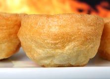 Engelse Yorkshire pudding, die traditioneel met braadstukrundvlees wordt gegeten stock afbeeldingen