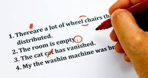 Engelse zinnen en verbeterende symbolen op wit blad Stock Fotografie