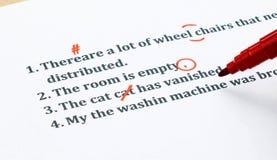 Engelse zinnen en verbeterende symbolen op wit blad Royalty-vrije Stock Afbeelding