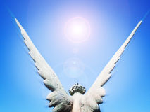 Engelsflügel und Sonneleuchte Stockbild