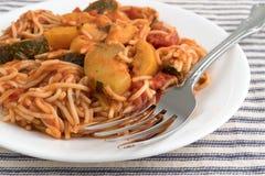 Engelshaarteigwaren mit Zucchini und Spinat auf einer Platte Lizenzfreies Stockfoto