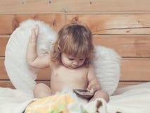 Engelsjunge mit Telefon Stockfoto