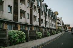 Engelsk byggande fasad med lägenheter royaltyfri foto