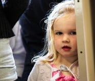 engelsk flicka little som är blyg Arkivbild