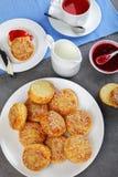 Engelsk frukost med te och sconeser Arkivbilder