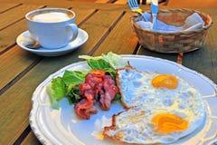 Engelsk frukost på trätabellen Royaltyfria Bilder