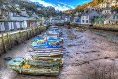 Engelsk hamn Polperro Cornwall södra västra England UK ut ur säsong i vinter med fartyg på lågvatten Arkivfoton
