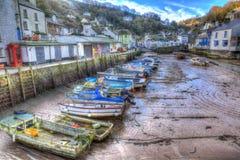 Engelsk hamn Polperro Cornwall södra västra England UK ut ur säsong i vinter med fartyg på lågvatten HDR Royaltyfri Fotografi