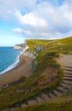 Engelsk kustlinje nära den Durdle dörren Arkivfoto