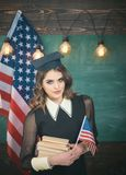 Engelsk kvinnlig student med amerikanska flaggan på bakgrunden amerikansk blackboardbegreppsutbildning flag oss Grupp av att rymm Arkivfoton