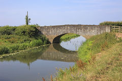 Engelsk landsflod och gammal stenbro Arkivbilder