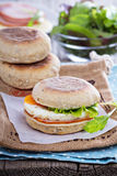 Engelsk muffin med ägget för frukost Royaltyfria Foton