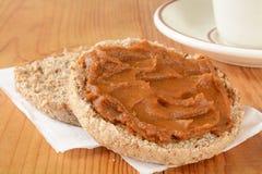 Engelsk muffin med pumpasmör Royaltyfri Foto