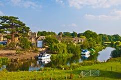 engelsk nästa gammal flod till byn Arkivbild