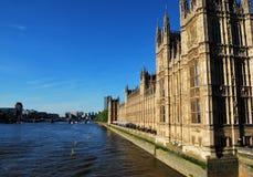 Engelsk parlament och flodThemsen Royaltyfria Bilder