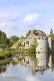 Engelsk romantisk slott med reflexioner i vatten Royaltyfria Foton