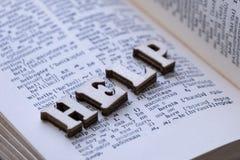 Engelsk-ryss ordbok Ordet HJÄLP från träbokstäver läggas ut på sidan av boken Begrepp av att lära ett utländskt l arkivfoton