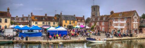 Engelsk stadmarknad Wareham Dorset med folk och stalls som placeras på floden Frome nära Poole i den färgglade HDR panoramautsikt Royaltyfri Foto