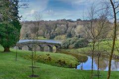 Engelsk trädgård för landshus på Stourhead royaltyfri bild
