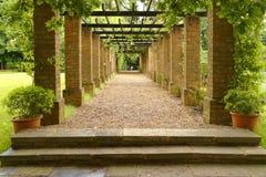 Engelsk trädgård, knebworthhus, England beskurit royaltyfria bilder