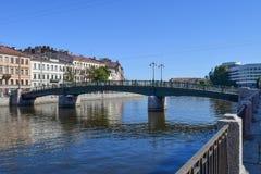 Engelska överbryggar Den Fontanka flodinvallningen i StPetersburg Arkivfoto