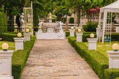 Engelska arbeta i trädgården, den konkreta gångbanan där är en springbrunn Royaltyfri Fotografi