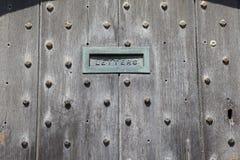 Engelska dörrar med postöppningen Arkivbilder