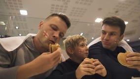 Engelska fotbollsfan som äter hamburgare efter matchen, skadlig effekt av snabbmat arkivfilmer