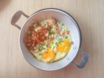 Engelska frukosten består av det stekte ägget, bönor, bacon och garnering med doftande arkivbild