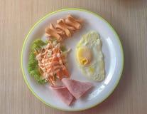 Engelska frukosten består av det stekte ägget, baconsallad royaltyfria foton